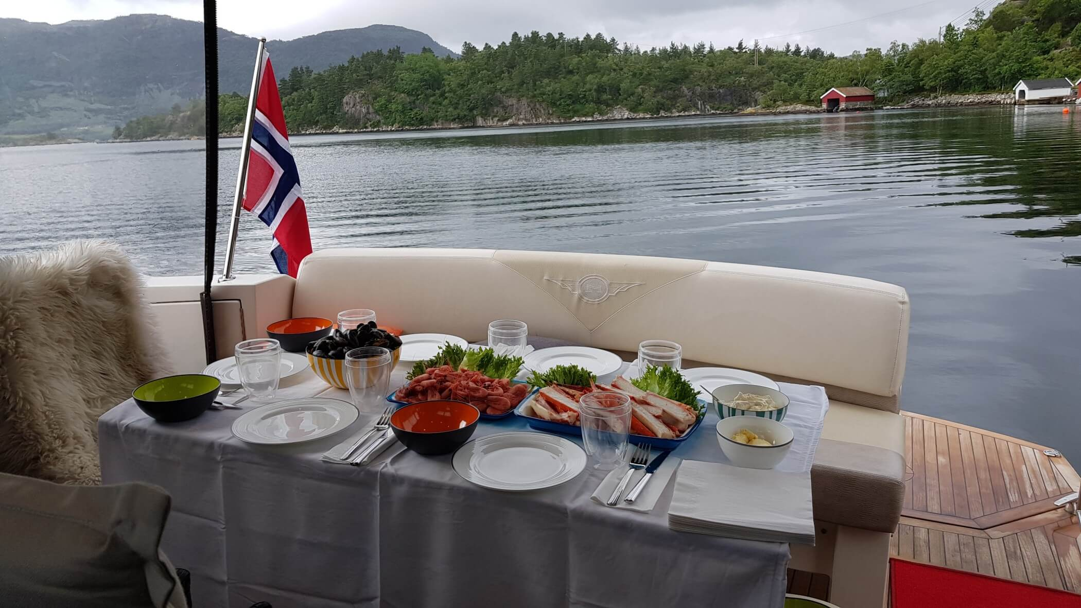 Food-PrivateCruise-Stavanger-1-Seafood-Frech-Strimps-blu-mussels-and-king-Crab.