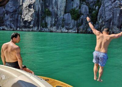 Bade i Lysefjorden fra yacht Private Cruise