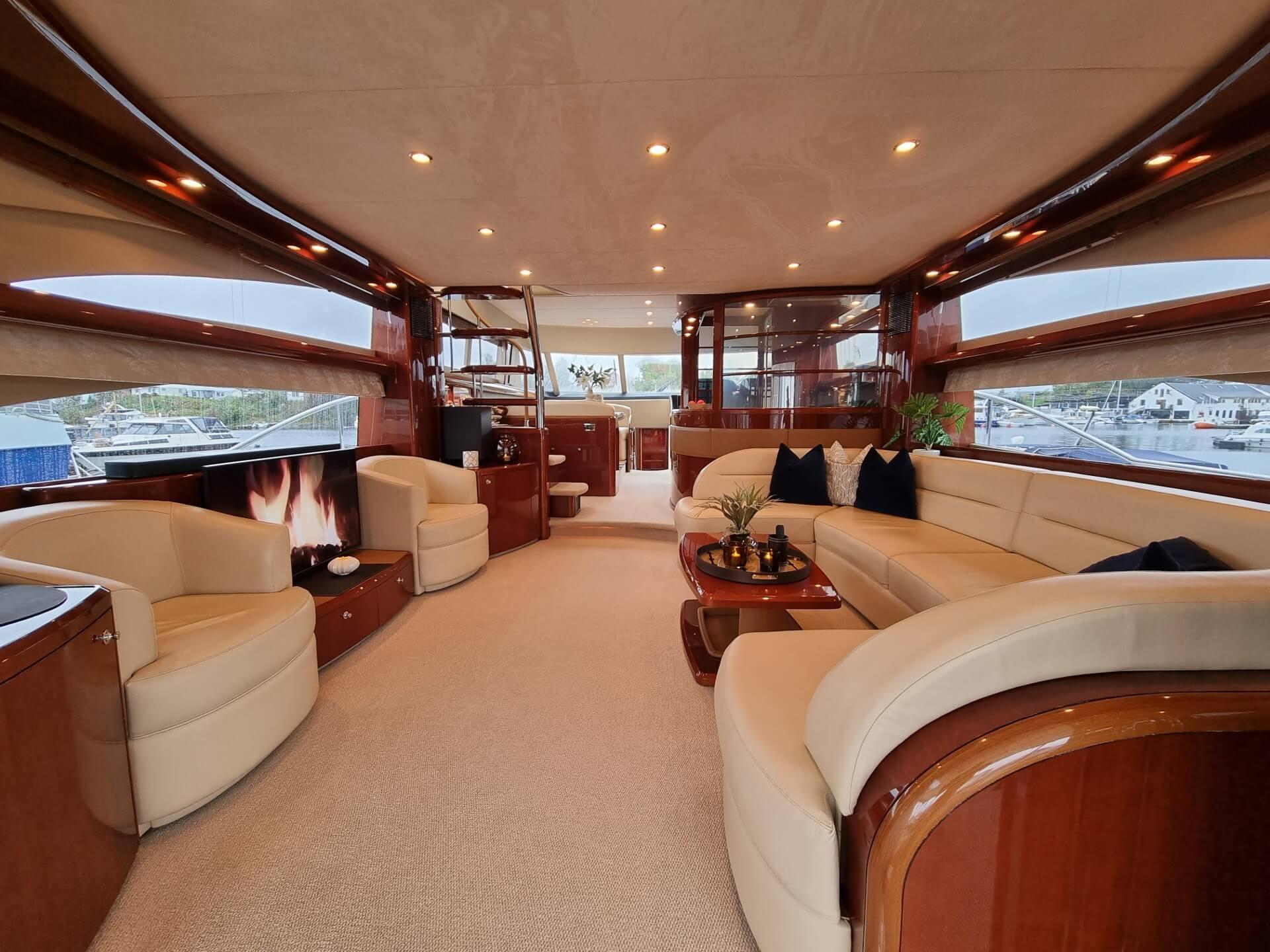 Flott interiør i BAROLO III - Private Cruise