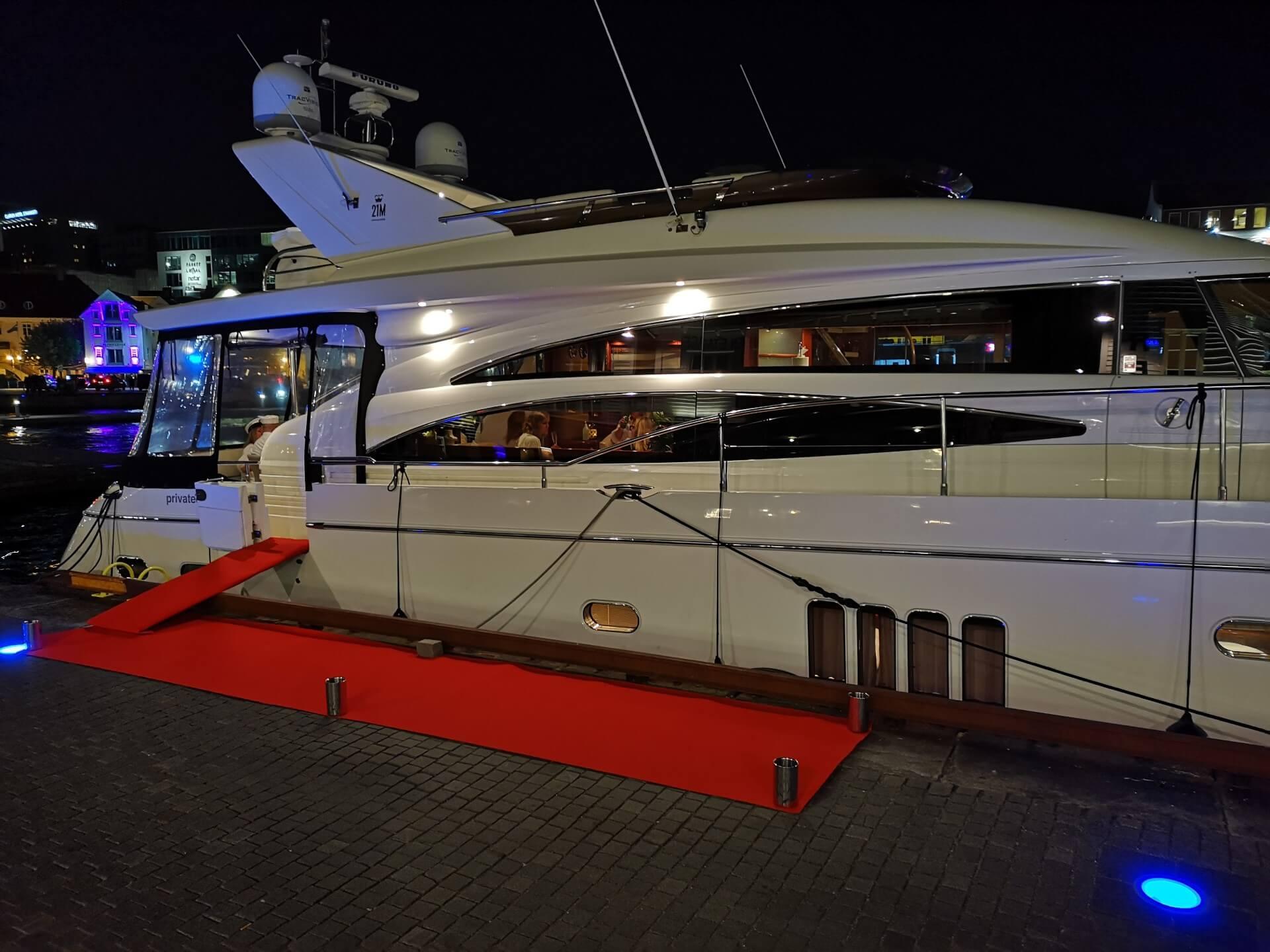 Private Cruise ved kai i Stavanger på kveldstid